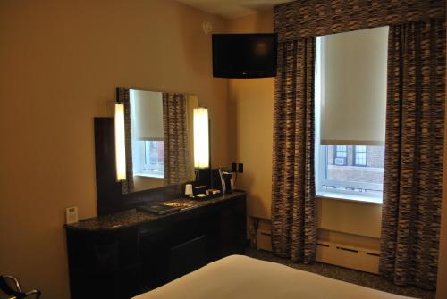 Una televisión o centro de entretenimiento en Washington Square Hotel