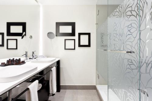 A bathroom at Condes de Barcelona