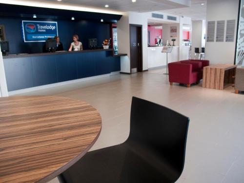 The lobby or reception area at Travelodge Barcelona Poblenou