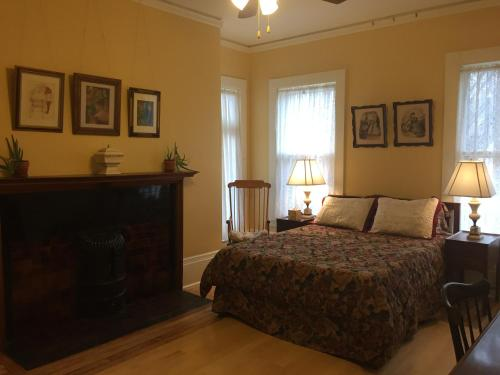 A bed or beds in a room at Lehmann House Bed & Breakfast