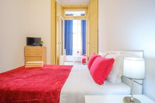 Un pat sau paturi într-o cameră la Unique Lisbon Rooms