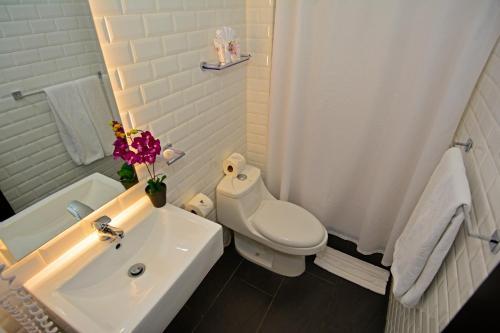 A bathroom at Auténtico Hotel