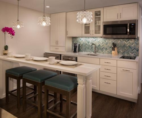 A kitchen or kitchenette at The Laureate Key West