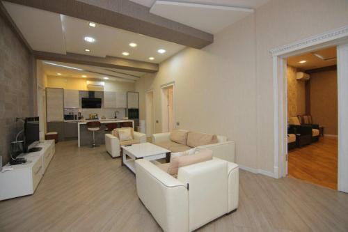 Uma área de estar em CENTR BAKU. 4 Bedrooms.