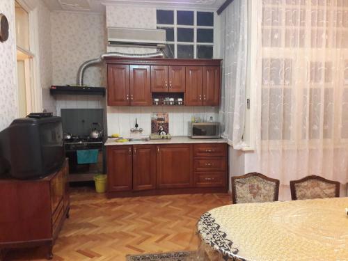 A cozinha ou cozinha compacta de Guiet Center Apartment