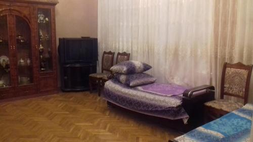 Uma área de estar em Guiet Center Apartment