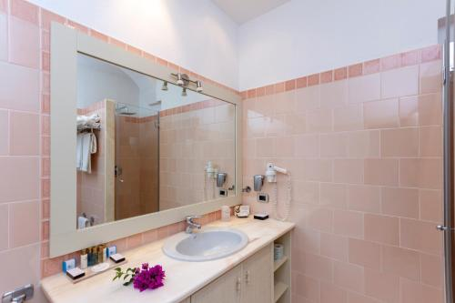 A bathroom at Hotel Simius Playa