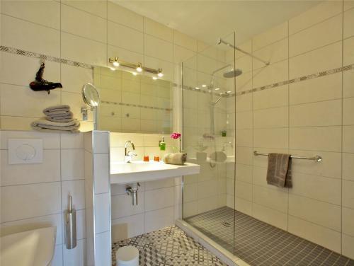 A bathroom at Hôtel Le Quatorze