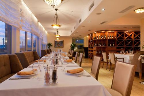 A restaurant or other place to eat at Arena Di Serdica Hotel