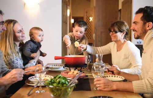 Famille séjournant dans l'établissement CGH Résidences & Spas Le Coeur d'Or
