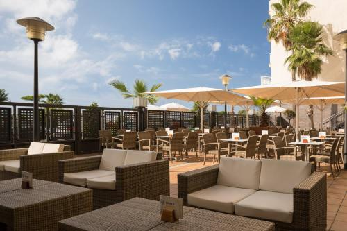 Een restaurant of ander eetgelegenheid bij htop Pineda Palace & SPA 4*Sup