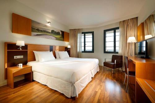 Säng eller sängar i ett rum på Exe Estepona Thalasso & Spa- Adults Only