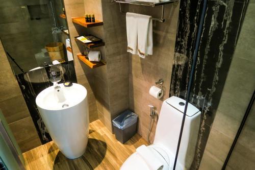 A bathroom at Le Dream Boutique Hotel
