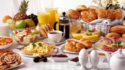خيارات الإفطار المتوفرة للضيوف في فندق فورتشون كرامة