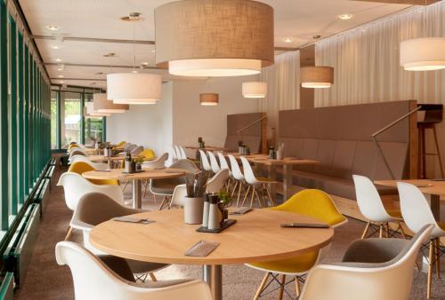 A restaurant or other place to eat at Collegium Glashütten
