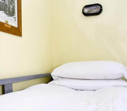 Ein Bett oder Betten in einem Zimmer der Unterkunft Oliver St. John Gogarty's Hostel