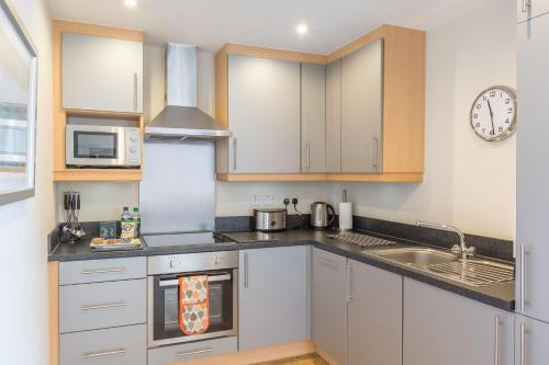 A kitchen or kitchenette at Central House