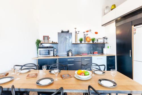 A kitchen or kitchenette at le loft du Panier