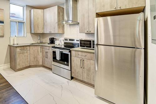 A kitchen or kitchenette at Montreal Mile-End Apartment #201 by Plateau Prime Suite