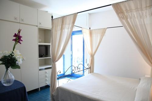 A bed or beds in a room at Hotel Ristorante Meson Feliz