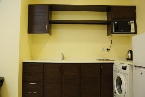 A cozinha ou cozinha compacta de Flora Hotel Suite 2