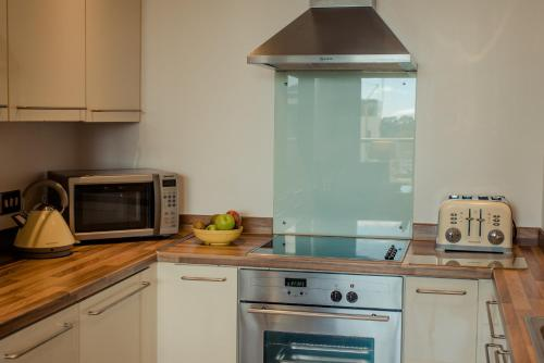 A kitchen or kitchenette at PREMIER SUITES Dublin, Sandyford