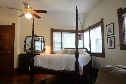 A bed or beds in a room at Brava House B&B