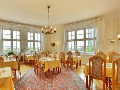 A restaurant or other place to eat at Hotel Bellmoor im Dammtorpalais