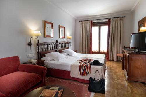 A bed or beds in a room at Parador de Tordesillas