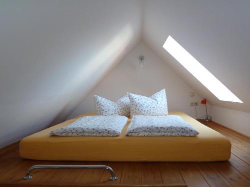 Ein Bett oder Betten in einem Zimmer der Unterkunft Ferienwohnung am Erfurter Dom