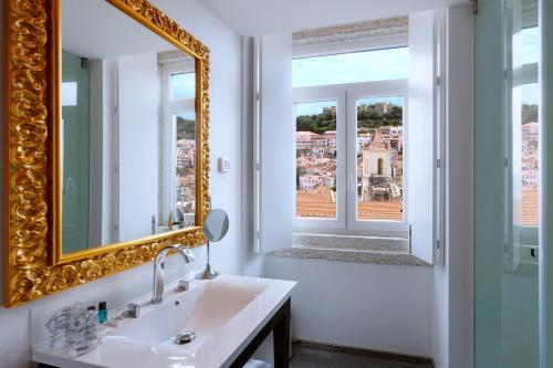 A bathroom at Lisboa Carmo Hotel