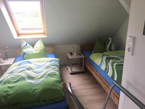 A bed or beds in a room at Ferienwohnungsvermietung Leitel