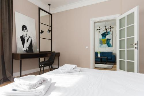 A bed or beds in a room at Cluj Lux Apartment Central
