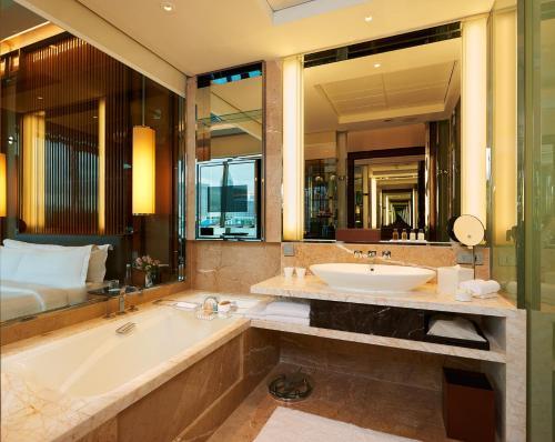 Ein Badezimmer in der Unterkunft The Fullerton Bay Hotel Singapore (SG Clean, Staycation Approved)