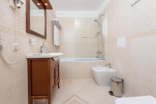A bathroom at U Zolotykh Vorot