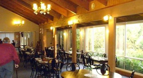A restaurant or other place to eat at High Country Motor Inn Bright