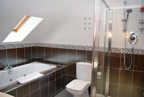 A bathroom at The Old SchoolHouse Hotel