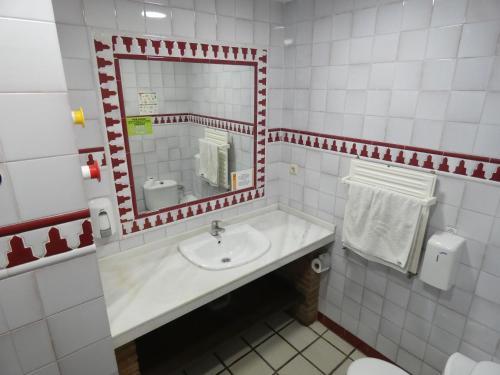 A bathroom at Oasis Backpackers' Hostel Granada