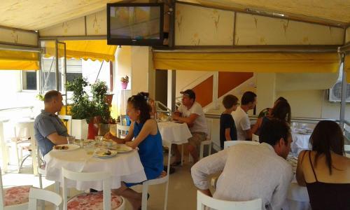 Un restaurante o sitio para comer en Hotel Orestiada