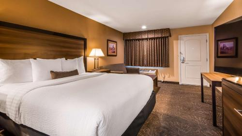 A bed or beds in a room at Best Western John Day Inn