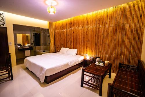 A bed or beds in a room at Trang An Retreat