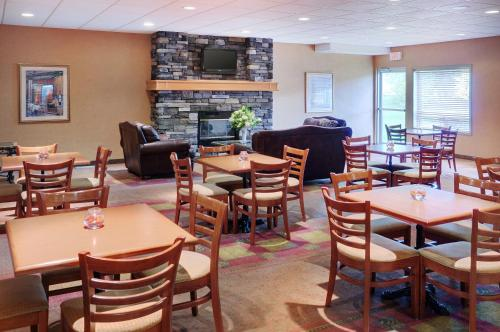 A restaurant or other place to eat at Pomeroy Inn and Suites Chetwynd