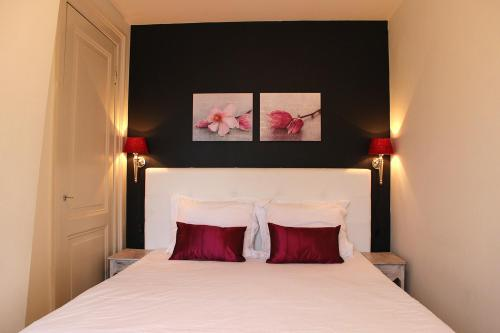 A bed or beds in a room at Amsterdam Jewel Canal Apartments