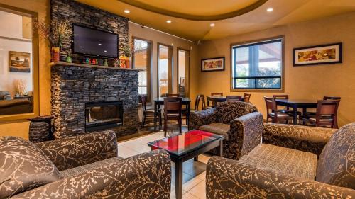 The lounge or bar area at Best Western Plus Estevan Inn & Suites