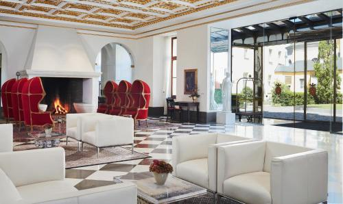 The lobby or reception area at Living Hotel De Medici