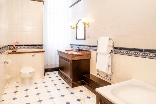 A bathroom at Millennium Hotel Glasgow