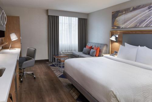 A bed or beds in a room at Four Points by Sheraton Hamilton - Stoney Creek