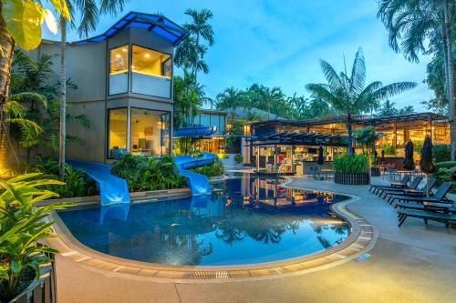 Бассейн в Novotel Phuket Surin Beach Resort или поблизости