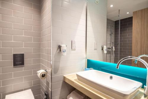 A bathroom at Holiday Inn Express - London Heathrow T4, an IHG Hotel