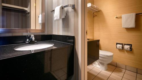A bathroom at Best Western Cascadia Inn